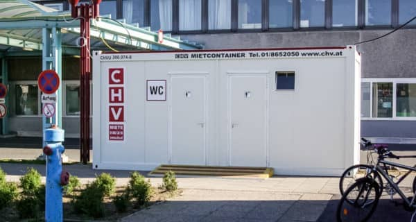 CHV-Sanitaetscontainer-AKH-Eingang-mit-WC-Container-frontal-1